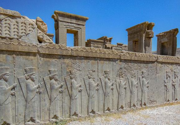 """Besonders Xerxes I. ließ zahlreiche Änderungen am Apadana vornehmen. Er verlegte aufgrund des neuen Hauptzugangs von Persepolis vom """"Tor aller Länder"""", auch den Haupteingang des Palastes vom Osten in den Norden."""