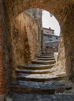 Ein Spaziergang durch das Dorf offenbart alte Gebäuden, aus dem dreizehnten bis siebzehnten Jahrhundert, von denen heute viele von Privatpersonen bewohnt sind.
