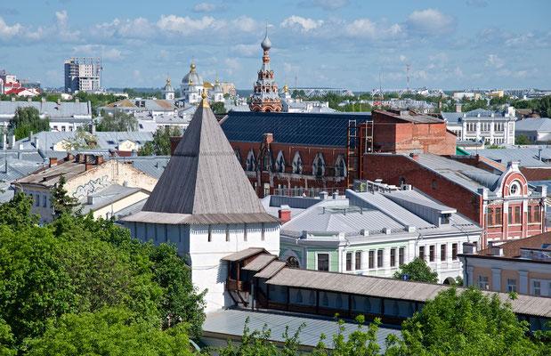 Blick auf das Stadtzentrum von Jaroslawl vom Glockenturm des Erlöser-Verklärungs-Klosters