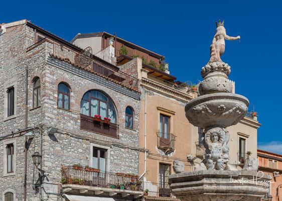 Aufgrund der malerischen Landschaft, des milden Klimas und zahlreicher historischer Sehenswürdigkeiten entwickelte sich die Stadt im 19. und 20. Jahrhundert zu einem der wichtigsten Touristenzentren Siziliens.