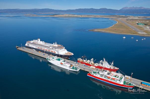 Blick auf die MS Zaandam im Hafen von Ushuaia