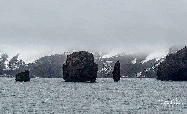 Deception Island ist eine der Südlichen Shetlandinseln, einer subantarktischen Inselgruppe. Die Insel ist der Gipfelbereich eines vom Meeresgrund etwa 1500 m hoch aufragenden aktiven Vulkans