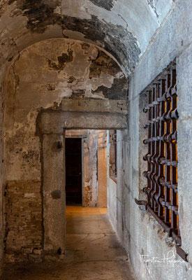 Ein prominenter Bauteil des Dogenpalastes von literarischer Bedeutung ist das Gefängnis, das auf zwei Gebäude verteilt ist – beide Teile sind durch die Seufzerbrücke verbunden.
