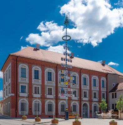 Das Neue Schloss ist ein Schloss in Neustadt an der Waldnaab. Das Schloss wurde in mehreren Etappen zwischen 1668 und 1720 als Verwaltungszentrum der Gefürsteten Grafschaft Störnstein und Sitz der Lobkowitzer errichtet.