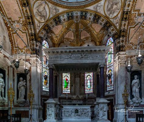 Bei jahrzehntelangen andauernden Kämpfen beschädigte im Jahre 1296 ein Brand die Kirche.