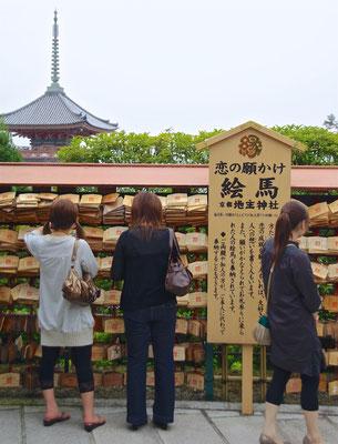 Pilgerinnen im Kiyomizu-dera Tempel in Kyoto