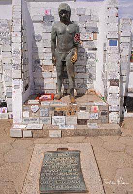 """Eine weitere bekannte Legende des Friedhofs ist der """"Indio Desconocido"""". Alles begann 1930, als ein Indianer namens Diego de Almagro auf der Insel starb. Der Indianer wurde auf dem Friedhof aufgrund einer Spende der Verwaltung desselben Ortes beigesetzt."""