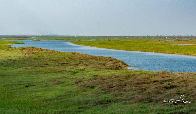 In das Bassin münden 17 Flüsse, die ein Einzugsgebiet von 190.000 km² haben. Entwässert wird es nur von einem Fluss, dem Luapula, allerdings verdunsten 90 Prozent des Wassers. Bangweulu heißt Ort, wo das Wasser den Himmel trifft.
