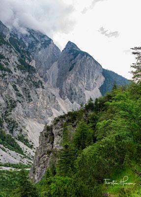 Die 1760m hohe Hüttenspitze oder auch der Halltaler Zunterkopf ist ein dem Bettelwurfmassiv südlich vorgelagerter Berg im Karwendel im österreichischen Bundesland Tirol.