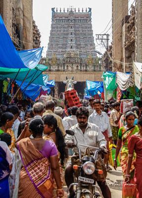 Hauptsehenswürdigkeit Madurais ist der Minakshi-Tempel, dessen hoch aufragende Gopurams (Tortürme) weithin sichtbar das Stadtbild Madurais dominieren.