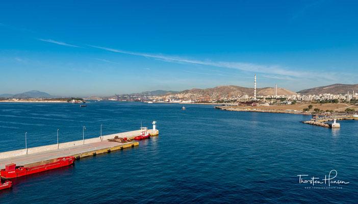 Bis zum 5. Jahrhundert v. Chr. unterhielt Athen eine Handelsflotte von kleinen Schiffen. Diese lagen im Hafen von Faliro einer ungeschützten Bucht.