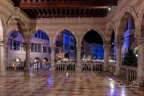 Udine, das frühere Zentrum der Region Friaul, gehört nicht zu den touristischen Hauptanziehungspunkten Italiens, aber wer diese hübsche Stadt im Nordwesten Italiens besucht hat, versteht, warum die Leute gerne hier leben.