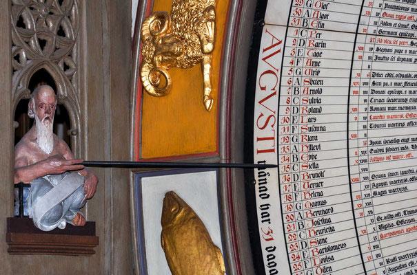 Diese Uhr gibt es immer noch in der Kirche, auch wenn sie in den folgenden Jahrhunderten mehrmals verbessert wurde. Ein Mondzeiger zeigt die Phase des Mondes und die Position am Himmel, ein Sonnenzeiger zeigt die Uhrzeit auf einer 24-Stunden-Uhr