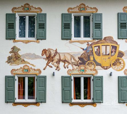 Die Lüftlmalerei ist eine volkstümliche Variante des Trompe-l'œil (Scheinmalerei) aus dem Barock und imitiert Architekturelemente.