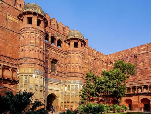 Das Rote Fort in der nordindischen Stadt Agra ist eine Festungs- und Palastanlage aus der Epoche der Mogulkaiser und diente im 16. und 17. Jahrhundert mit Unterbrechungen als Residenz der Moguln.