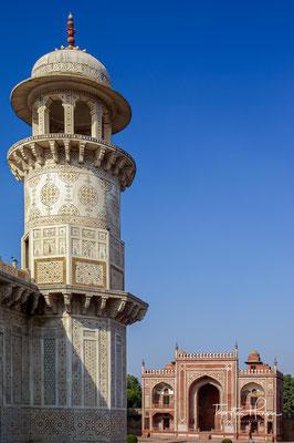 Der aus fünf Bauten bestehende Grabkomplex wurde in den Jahren zwischen 1622 und 1628 von Nur Jahan, der Tochter von Mirza Ghiyas Beg und Lieblingsfrau Jahangirs, errichtet.