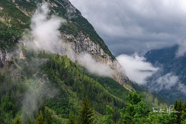 Das Karwendel besteht aus Wettersteinkalk und Dolomit (letzterer insbesondere in der Erlspitzgruppe).
