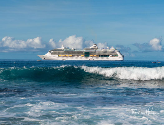 """Die Radiance of the Seas (dt: Strahlen der Meere, Leuchten der Meere) ist das Typschiff einer Serie von vier Panamax-Kreuzfahrtschiffen der """"Vantage""""-Klasse"""
