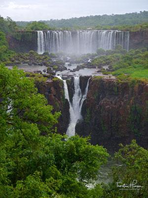 Umgeben werden der Iguaçu und die zu ihm hinführenden Flussläufe von der grünen Pracht des subtropischen Regenwaldes.