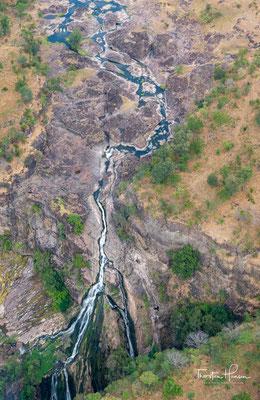 Unterhalb der Victoriafälle fließt der Fluss im Zick-Zack durch enge, tiefe, grob ost-west-orientierte Schluchten, die durch eher kurze nord-süd-orientierte Abschnitte miteinander verbunden sind.
