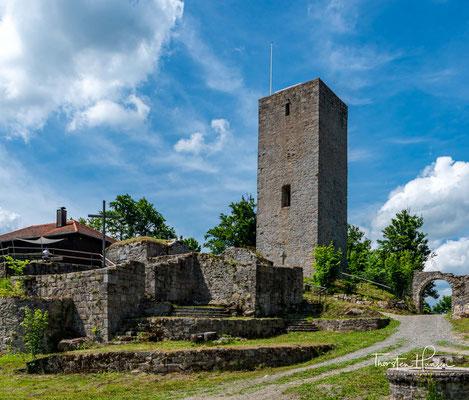 Die mächtige Schwarzenburgruine mit Pulverturm und Schwanbergturm