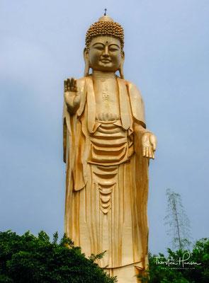 Die 36 Meter hohe Amithaba-Buddha-Statue