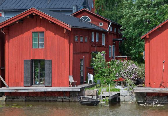 Reizvoll sind auch die rostroten Salzspeicher (18. Jahrhundert) am Ufer des Flusses Porvoonjoki