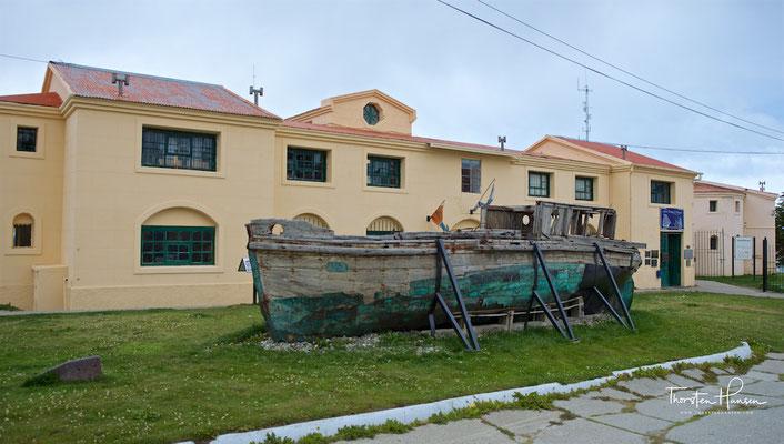 Die Sträflinge, überwiegend Gewaltverbrecher, aber auch politische Gefangene, bauten die Schmalspurbahn Ferrocarril Austral Fueguino, mit der heute Touristen durch den Nationalpark Tierra del Fuego fahren.