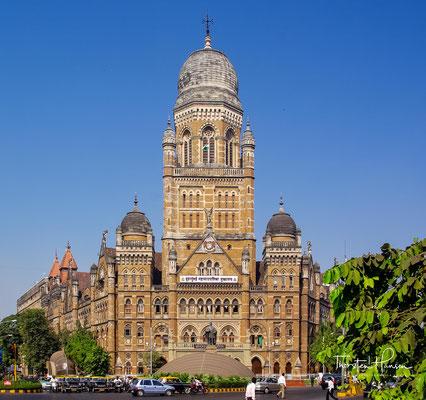 Municipial Corporation Building (1884–1893, anglo-indischer Stil). Die Art-déco-Gebäude wurden in den 1930er und 1940er Jahren erbaut, auf Neuland, das im Rahmen des Backbay Reclamation Schemes der 1920er Jahre gewonnen worden war.
