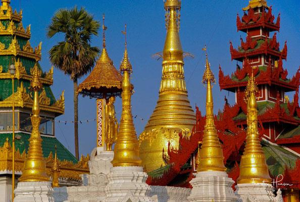 Die beiden Brüder zogen daraufhin nach Burma, wo sie mit Hilfe des Königs Okkalapa auf dem Singuttara-Berg eine zehn Meter hohe Pagode bauten, in der die acht Haare in einer goldenen Schatulle eingemauert werden sollten.