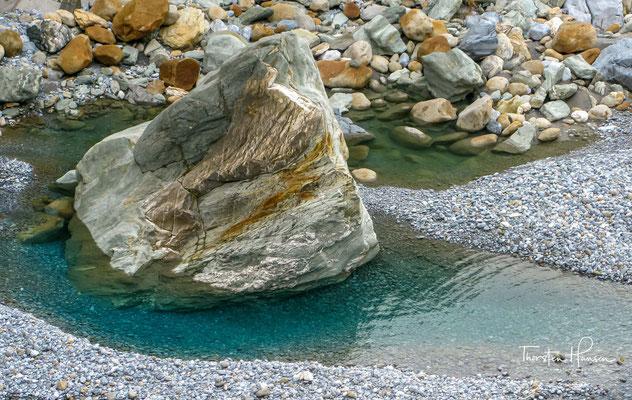 Die wunderschöne, tiefeingeschnittene Taroko-Schlucht entstand durch einen Fluss, der sich durch die Marmor- und Granitberge hindurch gearbeitet hat.