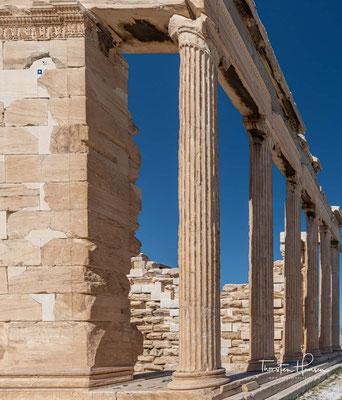 Ferner umfasste der Bau die Erdspalte, in der eine der Athene heilige Schlange gelebt haben soll, den heiligen Ölbaum der Göttin, die Salzquelle, die Poseidon bei einem Wettstreit mit Athene entstehen ließ, und das Grab des mythischen Königs Kekrops I.