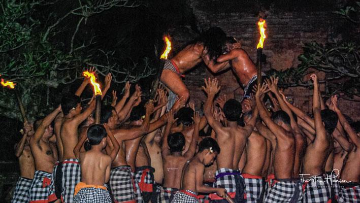 Der Kecak, auch Ketjak, Ketjack oder Ketiak, ist ein balinesisches Tanzdrama, bei dem 50 bis 100 männliche, mit einem schwarz-weiß-karierten Lendenschurz bekleidete Tänzer zum Einsatz kommen