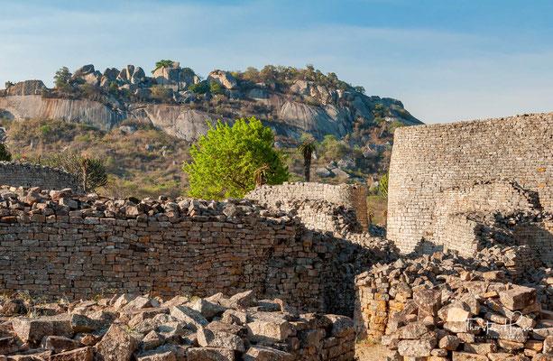Die Stätte umfasst ein 722 Hektar großes, umzäuntes Gebiet und ist in vier Teile gegliedert: Auf der Anhöhe befindet sich die so genannte Bergruine.