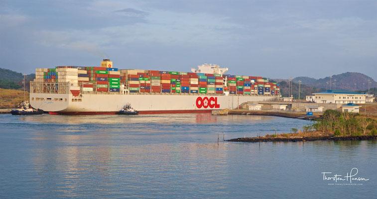 Ein Containerschiff fährt in das Südende des neuen Panamakanals.