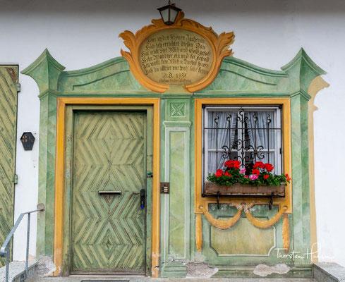 Lüftlmalerei bezeichnet die im süddeutschen und österreichischen kleinstädtisch-ländlichen Raum heimische Kunstform der Fassadenmalerei