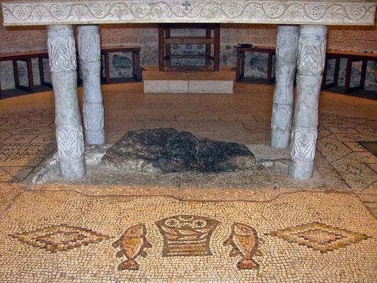 Unter einem Altar wird ein Stein gezeigt, auf dem der Korb mit den Broten gestanden haben soll.