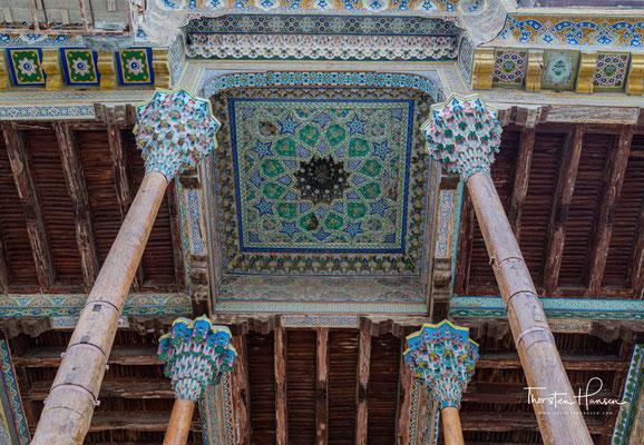 1712 wurde die Moschee an dem Teich errichtet. Vor der Revolution diente sie als Hauptfreitagsmoschee von Buchara. Auch der Emir von Buchara kam oft in die Moschee. Mittlerweile wird das Gebäude wieder als Moschee genutzt