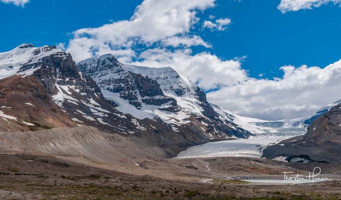 Das Columbia-Eisfeld (englisch Columbia Icefield) ist ein ausgedehntes Eisfeld in den kanadischen Rocky Mountains im Banff- und im Jasper-Nationalpark.  Es ist eine der größten Ansammlungen von Eis südlich des Polarkreises.