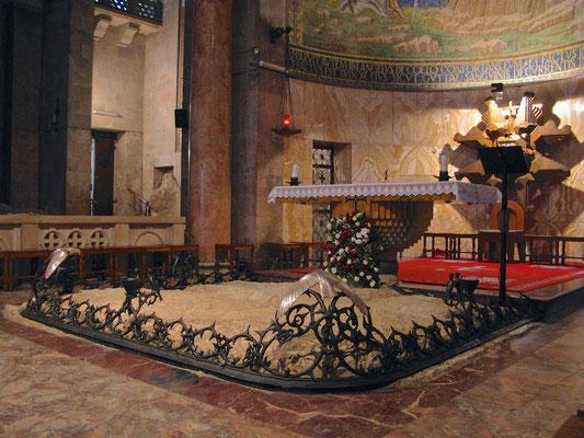 Blick ins Innere der Gethsemanikirche; vor dem Altar die Felsen, auf denen Jesus gebetet und Blut geschwitzt hat.