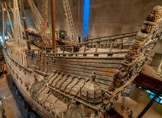 1625 wurden ca. 1.000 Eichen für den Bau der Vasa gefällt. Die Zimmerleute gingen mit Schablonen für die einzelnen Schiffsteile durch die Wälder Södermanlands und wählten passende Bäume aus.