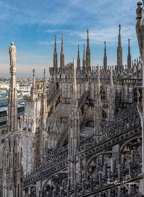 Der seit 1567 tätige Dombaumeister Pellegrino Tibaldi baute vielmehr zunächst bis 1577 den Chor im Stil des Frühbarock gründlich um.