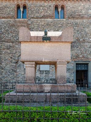 Grabmal Petrarcas - Ein beeindruckendes Grabstein, bestehend aus rotem Veroneser Marmor. Es beinhaltet die Überreste des Dichters seit 1380, oder seit sechs Jahre nach seinem Tod.