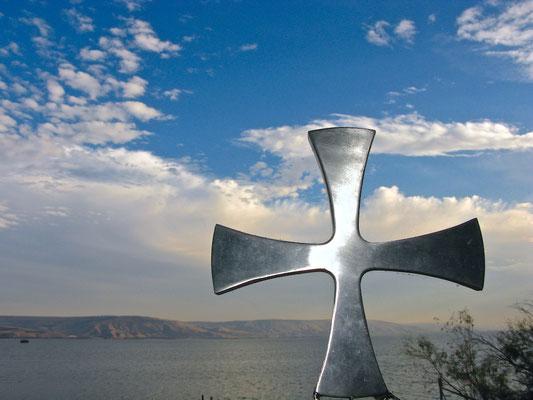 Als Jesus hörte, dass man Johannes (...der Täufer) ins Gefängnis geworfen hatte, zog er sich nach Galiläa zurück. Er verließ Nazareth, um in Kapernaum zu wohnen, das am See liegt