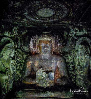 Höhle Nr. 17 ist ein Vihara mit Veranda, Säulenumgangsraum mit 20 oktogonalen Stützen und reichem Skulpturenschmuck, Kultbildraum mit Vorraum. In Höhle Nr. 17 haben sich besonders reiche Malereien erhalten.