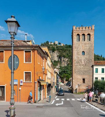 In vielen Gebäuden der Stadt findet man Spuren aus dem Mittelalter. In der Stadtmitte befindet sich die Piazza Mazzini auf dem die Torre Civica aus dem 13. Jahrhundert herausragt
