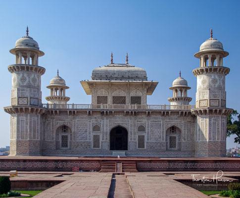 Das Itimad-ud-Daula-Mausoleum wurde in den Jahren zwischen 1622 und 1628 von Nur Jahan, der Hauptfrau des Mogulherrschers Jahangir, für ihren Vater Mirza Ghiyas Beg errichtet