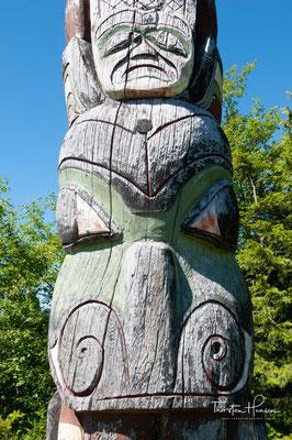 Durch angeschwemmte europäische Schiffswracks an der Küste der Haida gelangten die erste Metallwerkzeuge zu den Stämmen, die damit die ersten freistehenden Grab- und Gedenkfiguren aus Holz schnitzten.