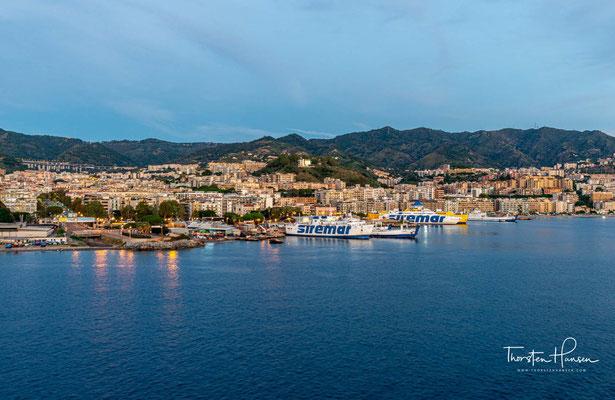 Im Lauf seiner Geschichte erlebte Messina nicht nur unter den wechselnden Herrschern Blütezeiten und Zerstörungen. Schwere Erdbeben in den Jahren 1783 und 1908 sowie die Bombenangriffe im Zweiten Weltkrieg zerstörten immer wieder große Teile der Stadt.