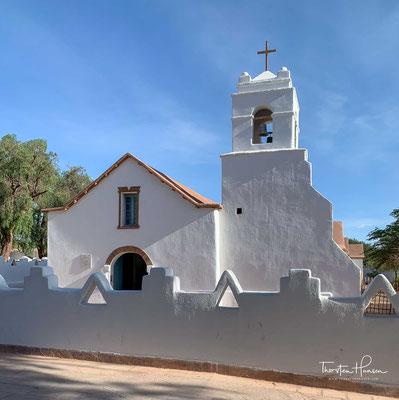 """Das Wahrzeichen von San Pedro de Atacama ist die """"Peterskirche"""" (Iglesia de San Pedro), ein Adobebau mit einer Dachkonstruktion aus Kakteenholz. Adobes sind luftgetrocknete Lehmziegel"""